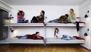 как удобно размещать людей в хостелах на шкаф кроватях с двумя ярусами